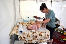 pelenkázás a baba mama sátorban
