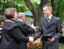Ailer Piroska, rektor gratulál a diplomaosztón