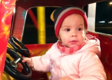 kislány a játékforgón