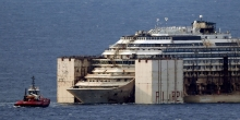 Costa Concordia roncsai felállítva