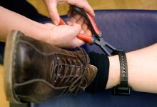 elektromos lábbilincs
