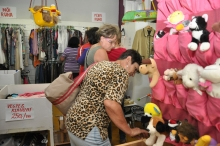 vásárlás a kecskeméti adományboltban