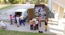 papírgyűjtés egy magyar iskola udvarán