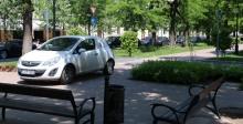 parkoló autó a sétányon