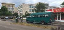 jármű a járdán a Balaton utcán