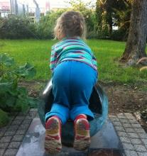 kislány a bolygómodellel Kecskeméten