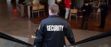 biztonsági őr a plázában