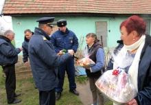 tanyákon ajándékoztak a rendőrök