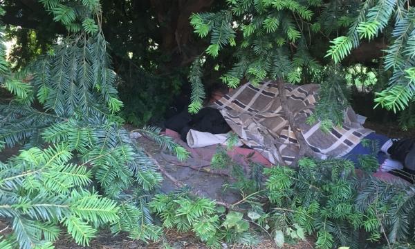 hajléktalan Kecskemét főterén