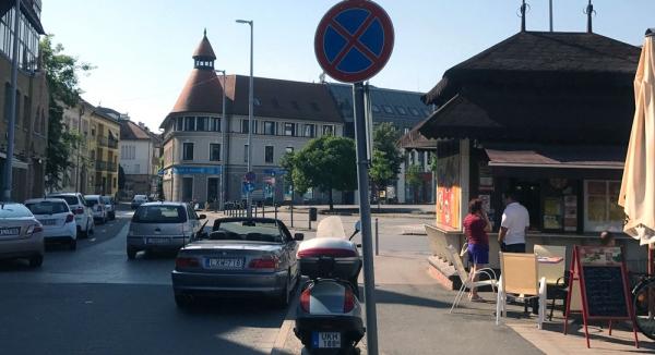 tiltott parkolás a kecskeméti piacon