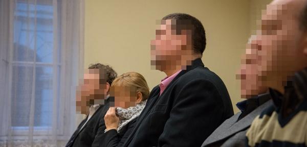 KSe kft. vádlottjai a bíróságon